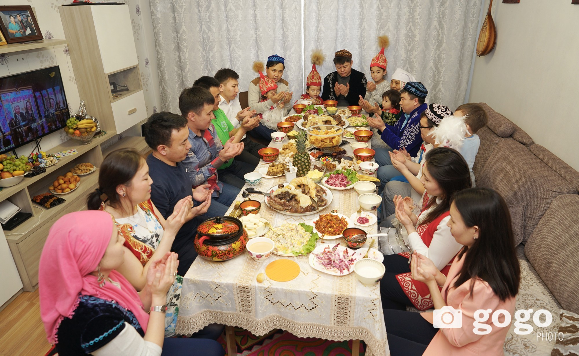 Eldest person of the family must say blessings before eating the dishes. Others must open their hands into their face when listening the blessings.