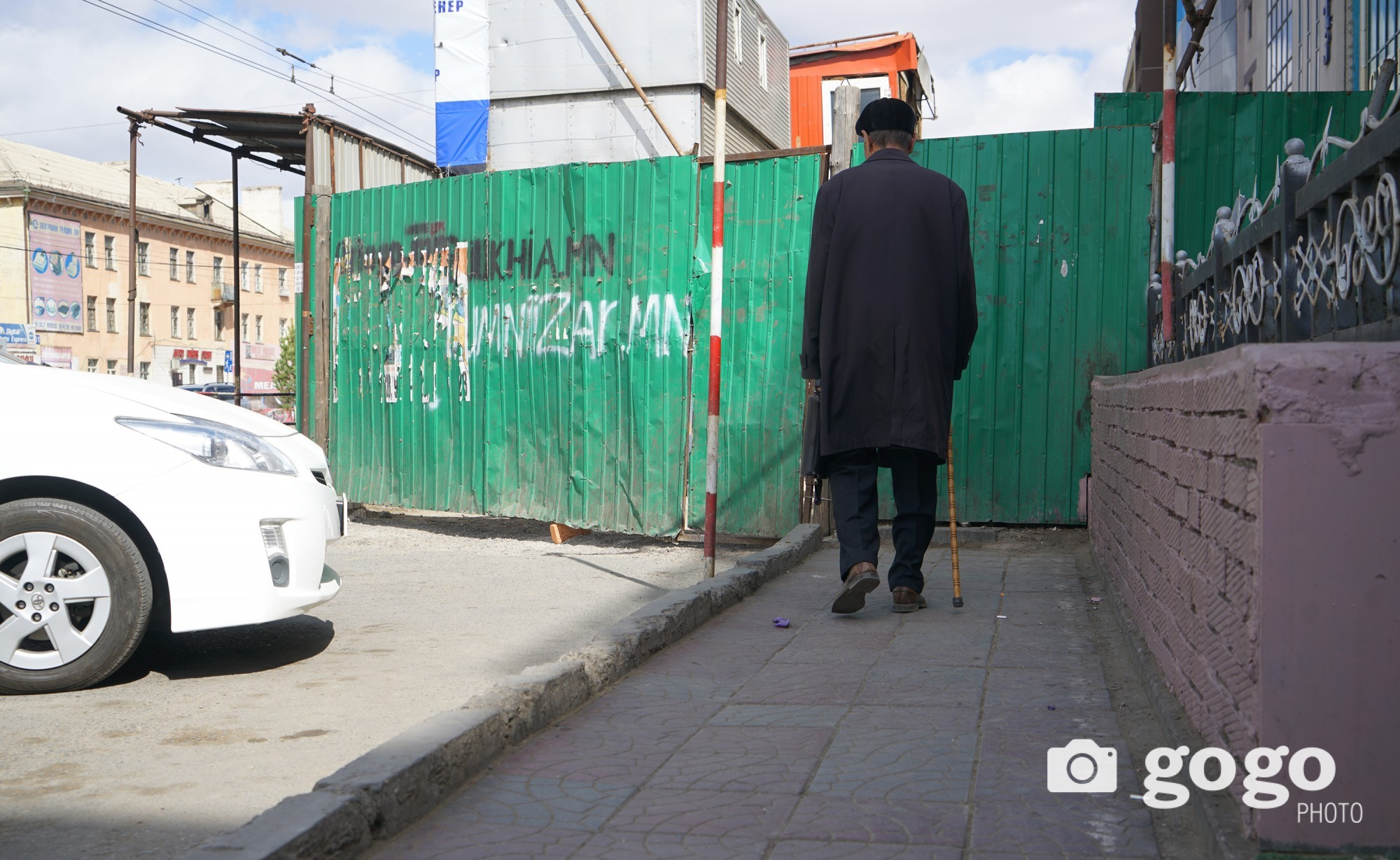 Pedestrian near 25th pharmacy. Too cramped Ulaanbaatar... /2017.04.22/