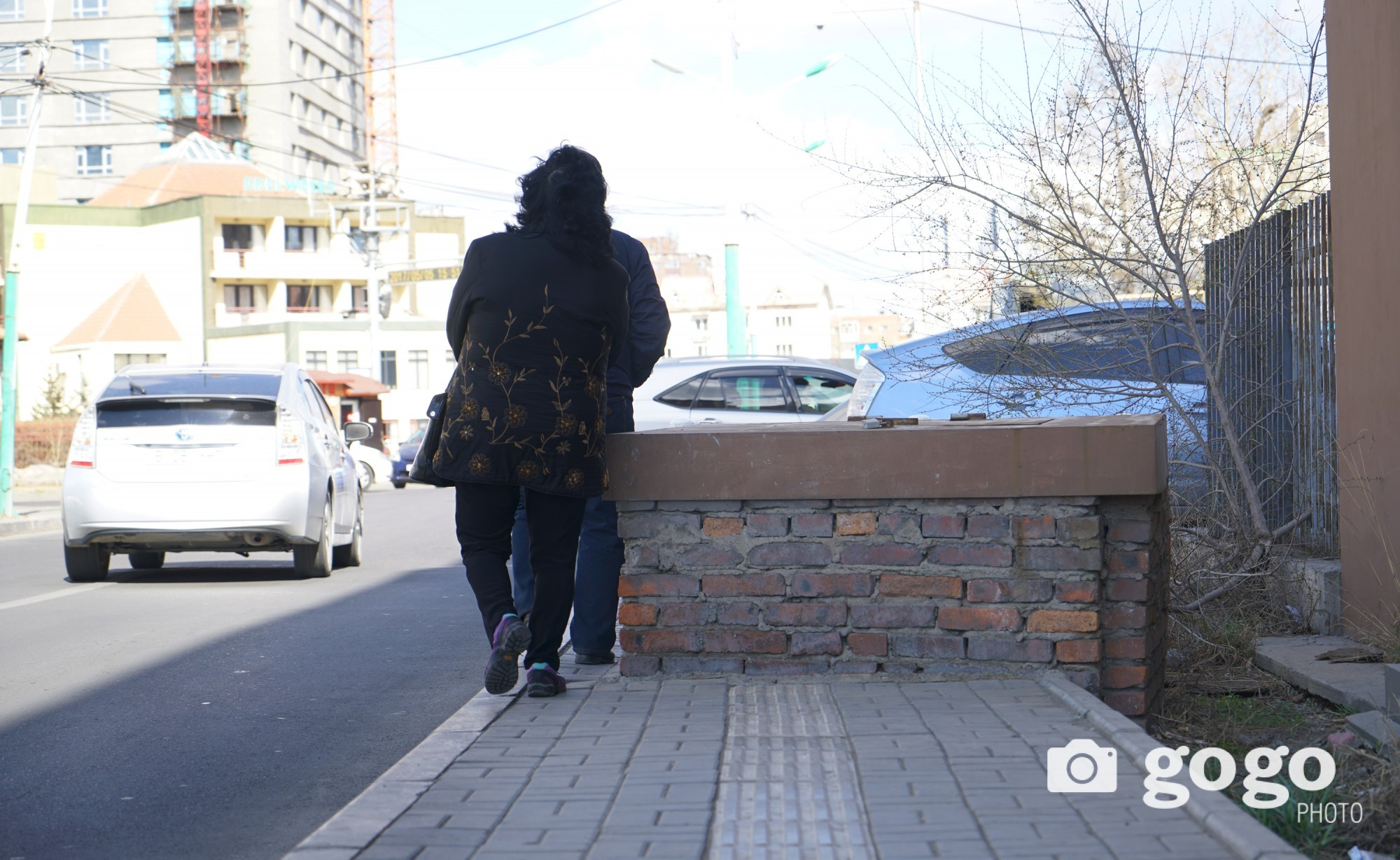 Pedestrian near Embassy of Czech Republik. Too cramped Ulaanbaatar... /2017.04.22/